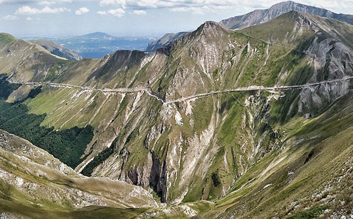 Veduta panoramica del Monte Acuto e del Pizzo Tre Vescovi